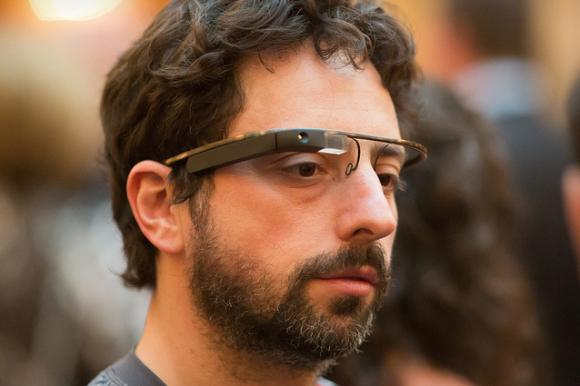 Quello che vedete nella foto a inizio articolo è Sergey Brin, uno dei fondatori di Google, e se siete attenti avrete notato che sta indossando i Google ... - SergeyBrin-googleglass-580x386